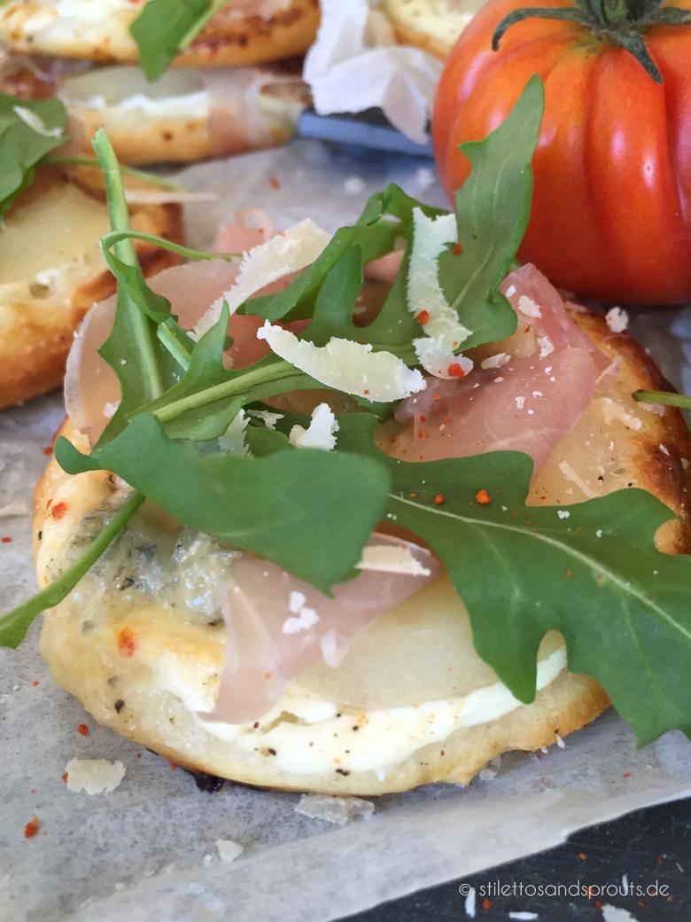 mini pizza mit gorgonzola und birnen