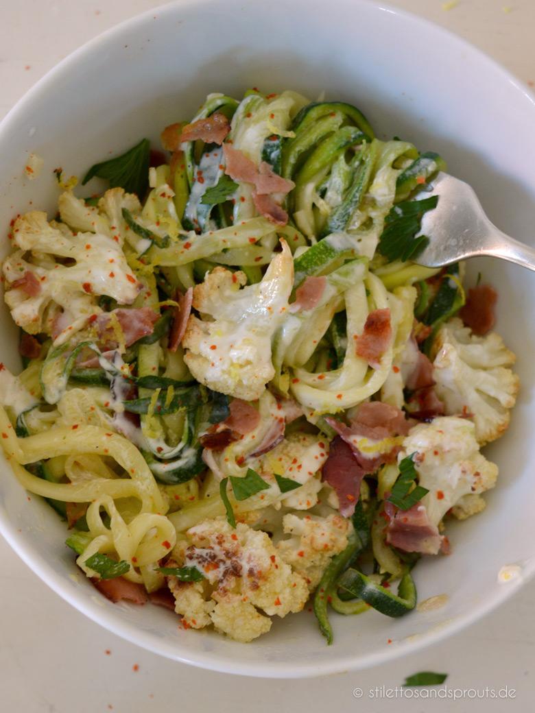 Zoodles Rezept – Zucchini Noodles mit geröstetem Bluemnkohl und Lemon-Parmesan Dressing