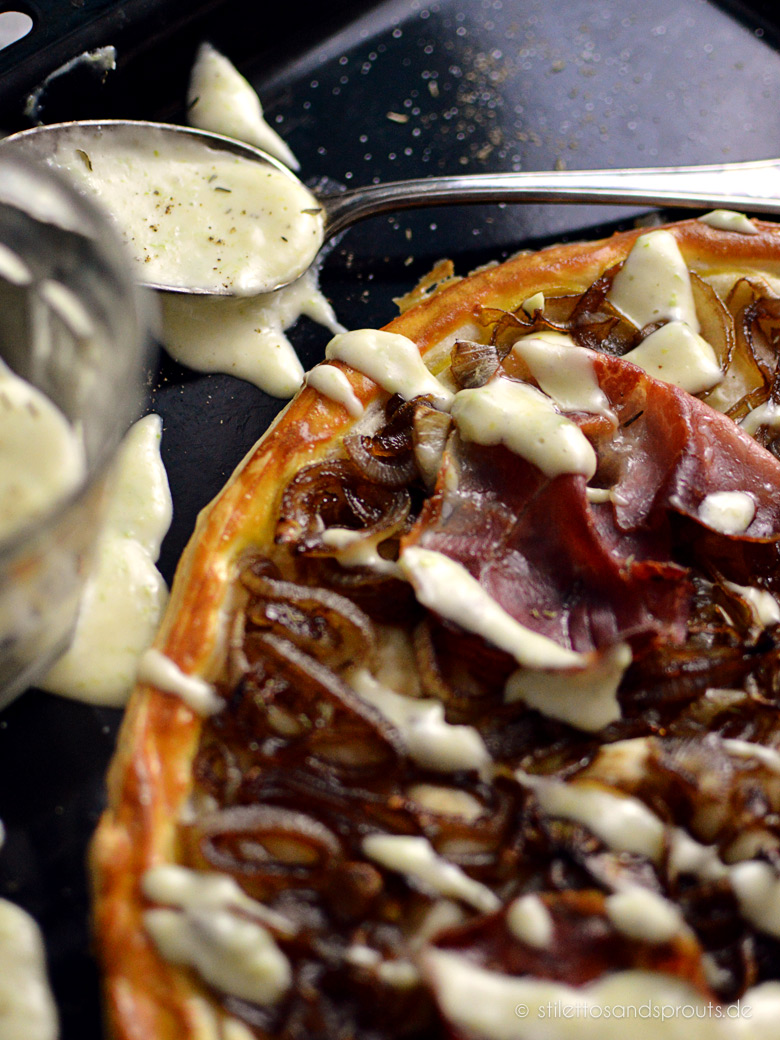 Tarte mit karamellisierten Zwiebeln und warmer Parmesansauce