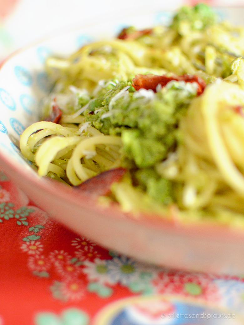 Grüne Carbonara mit Erbsen und Speck