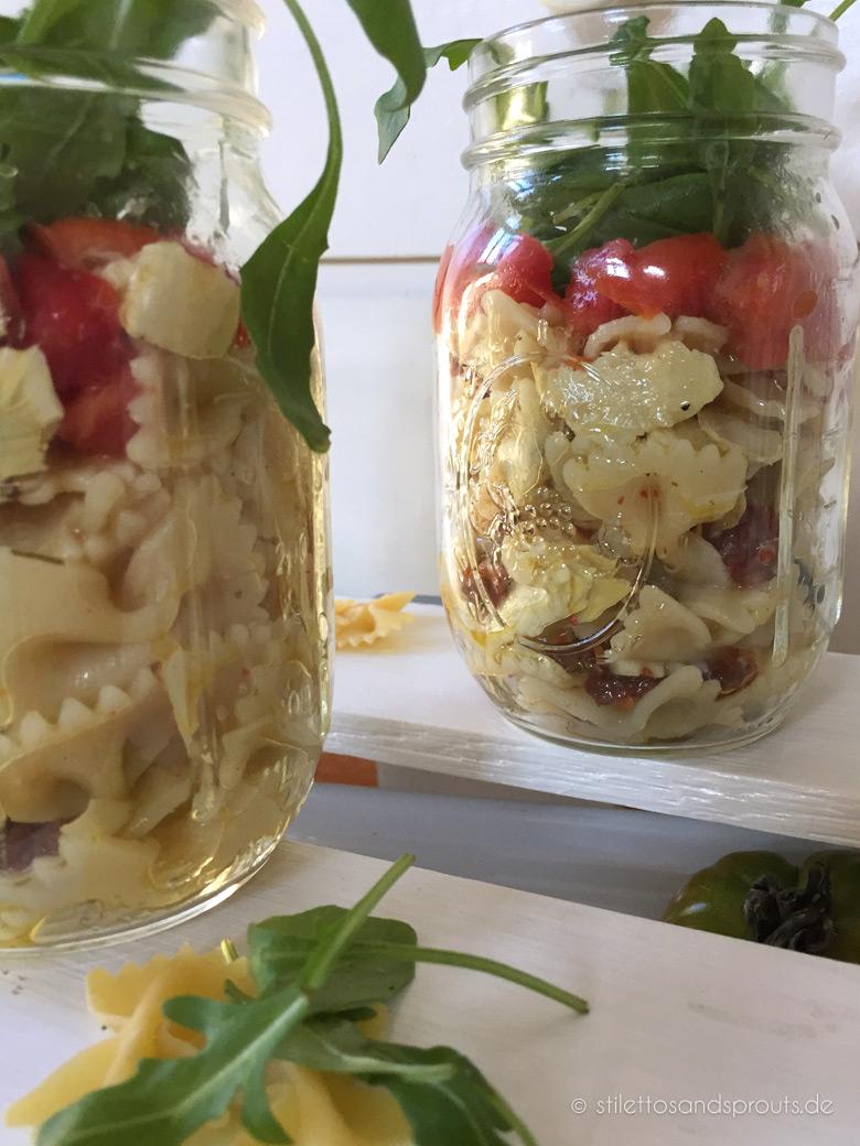 Mediterraner Nudelsalat im Glas