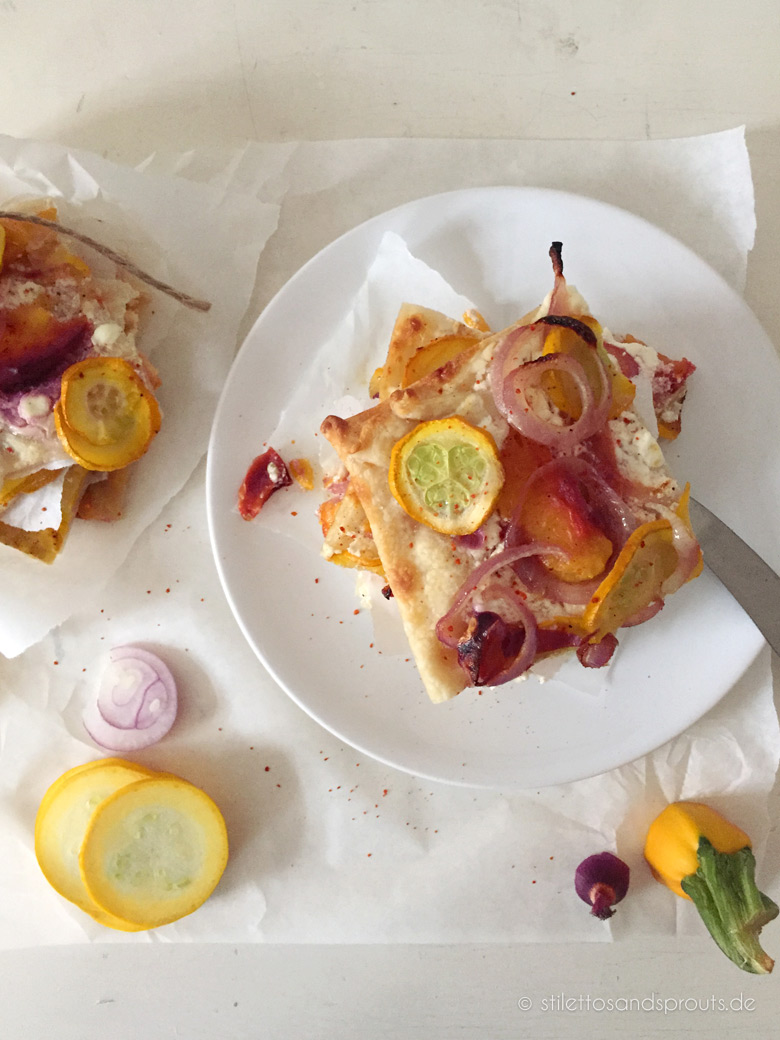 Flammkuchen mit gelber Zucchini und Pfirsich