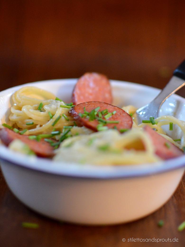 Lange Pasta mit Auberginensauce und Wurst