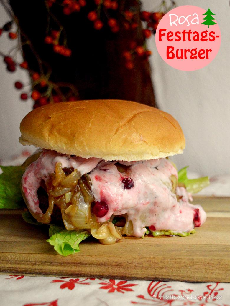 Rosa Festtags-Burger mit Raclettekäse, in Guinness geschmorten Zwiebeln und Preiselbeer-Schmand
