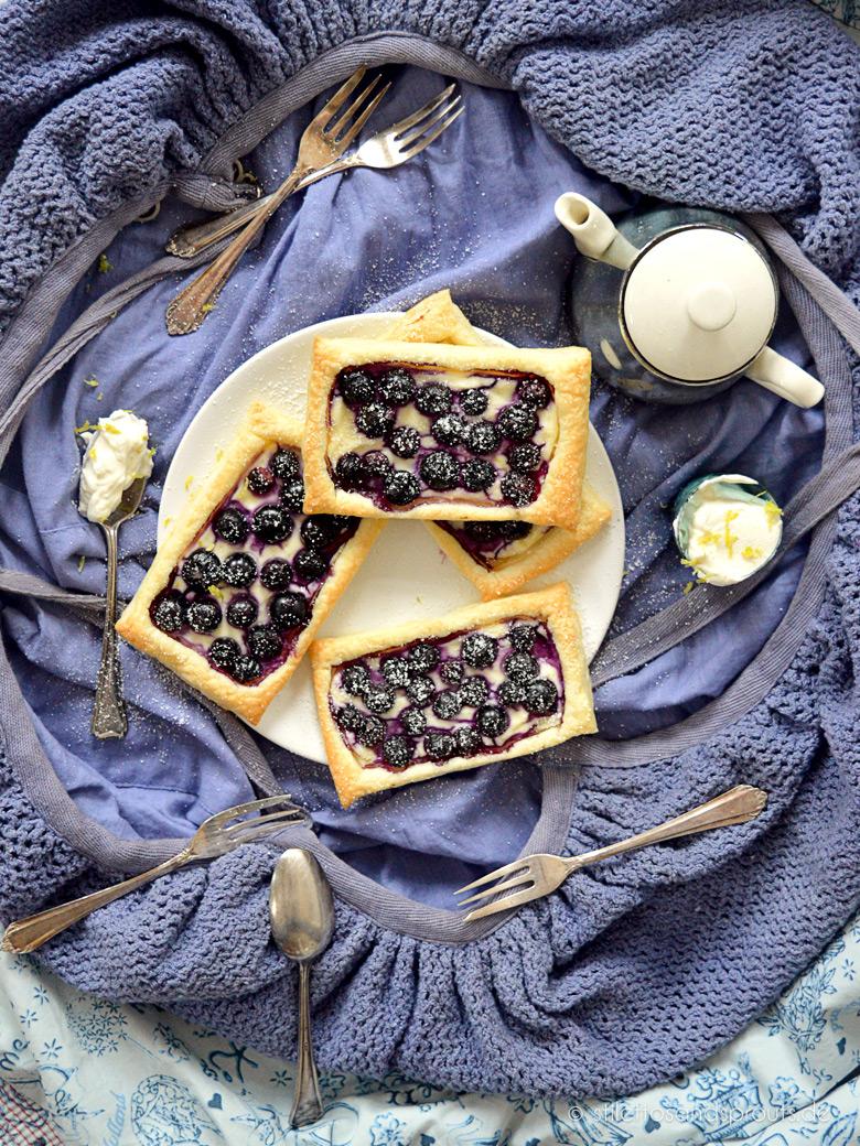 Blaubeer-Frischkäse-Blätterteigtaschen