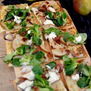 Flammkuchen mit Birne und Gorgonzola