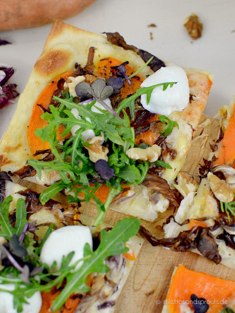 Bunter Frühlings-Flammkuchen mit Süßkartoffeln , Rucola und Raclette-Käse