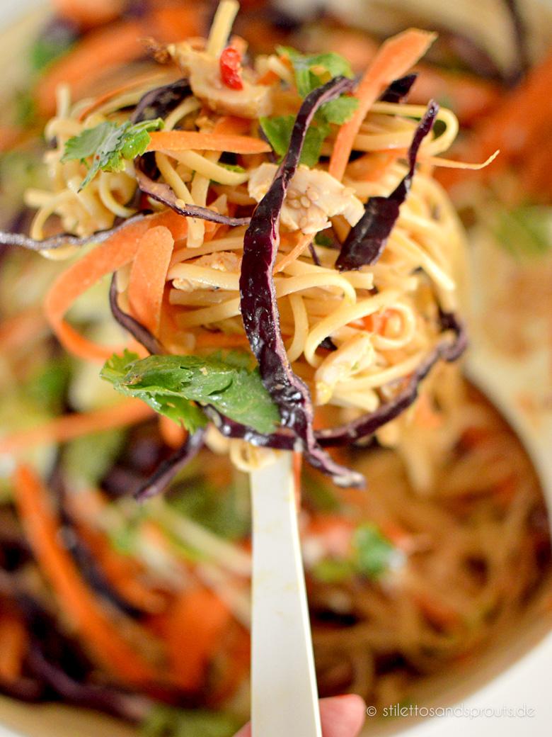 Thai-Nudelsalat mit Erdnusssauce