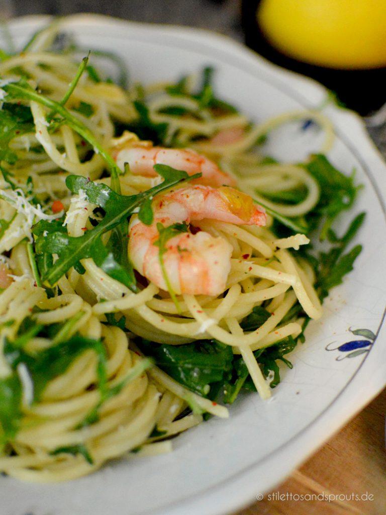 Garnelen mit Olivenöl, etwas Knoblauch, Rucola und Parmesan