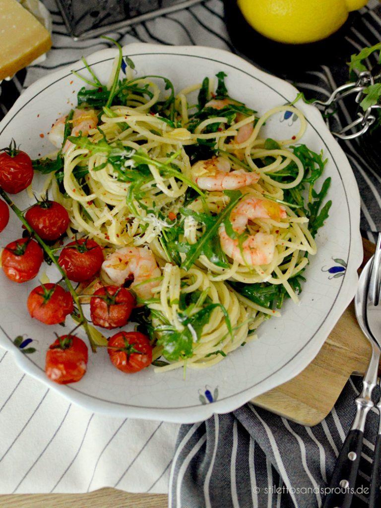 Spaghetti mediterran mit Garnelen, Rucola und Tomaten aus dem Ofen