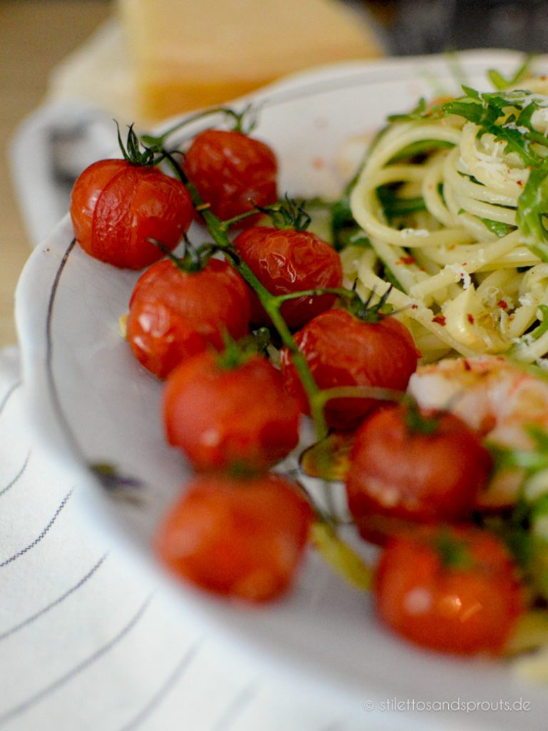 Die Tomaten werden im Ofen in Zitronen-Olivenöl mit Knoblauch gegart