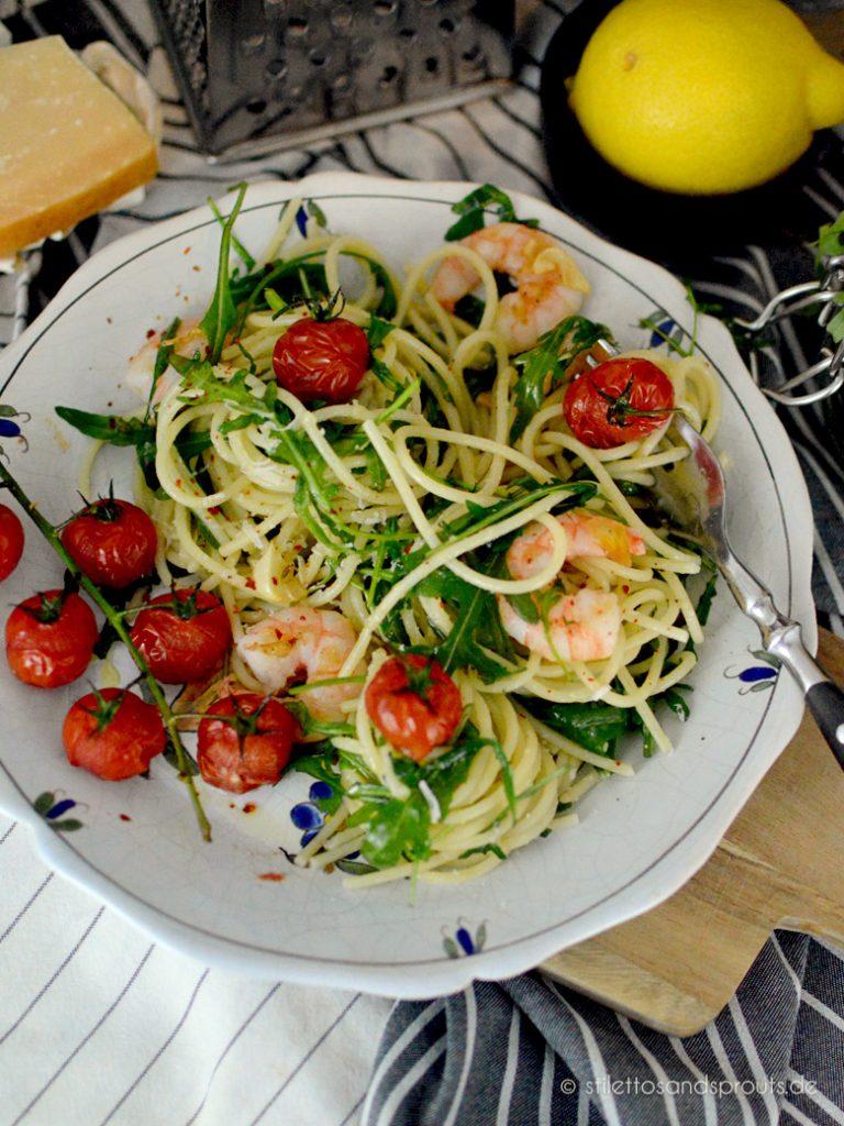Die im Ofen gegarten Tomaten geben Süße und Fruchtigkeit an das Pastagericht