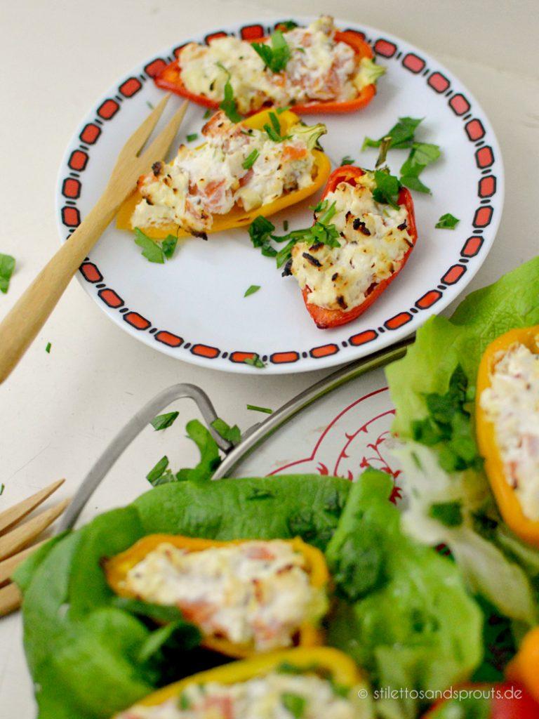 Klein und handlich, so wie Fingerfood sein soll: bunte Mini-Paprika gefüllt mit Frischkäse, Tomaten und Hühnchen