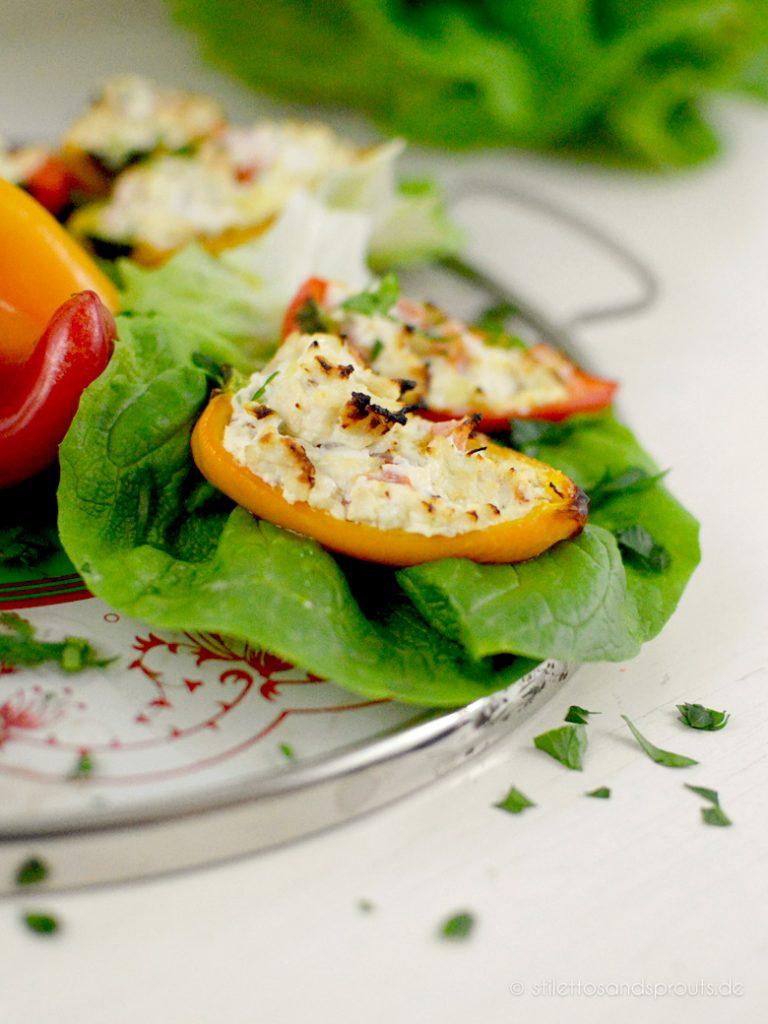 Gelbe und rote Paprika mischen – das sieht hübsch aus, wenn ihr die Mini-Paprika auf einer Platte serviert