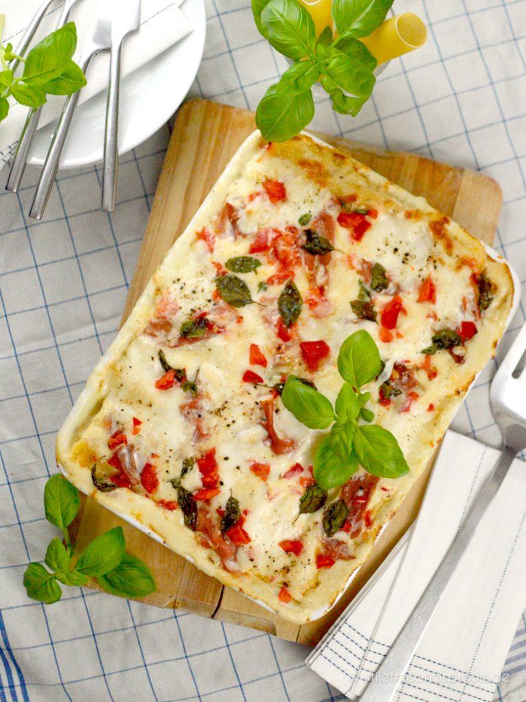 Eine Auflaufform mit Cannelloni, Ricotta, Béchamelsauce und Mozzarella überbacken