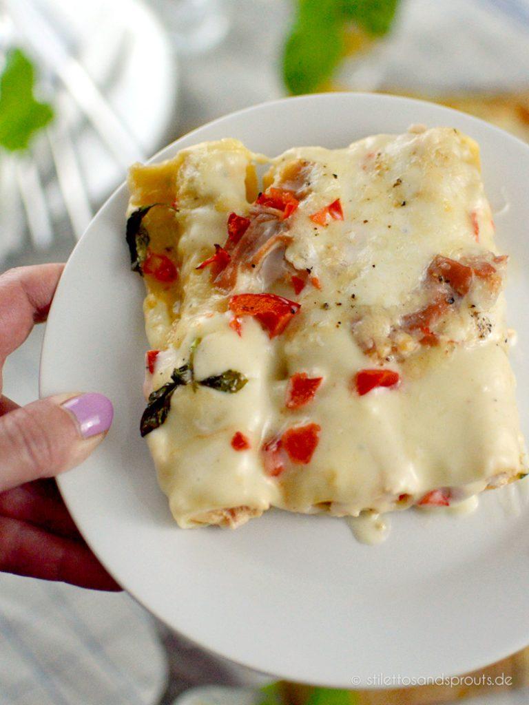 Die Cannelloni sind mit einer feinen Ricottacreme gefüllt, die Béchamelsauce kommt zum Schluss über die gefüllten Röllchen