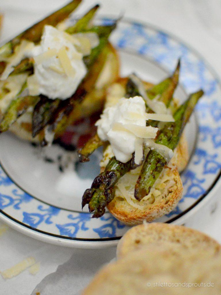 Ciabatta-Brot wird im Ofen gegrillt und so schön kross für diese Crostini