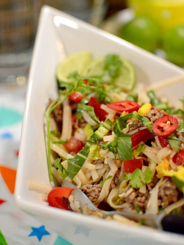 Reisnudeln, Gemüse und Hackfleisch machen diesen Salat so raffiniert