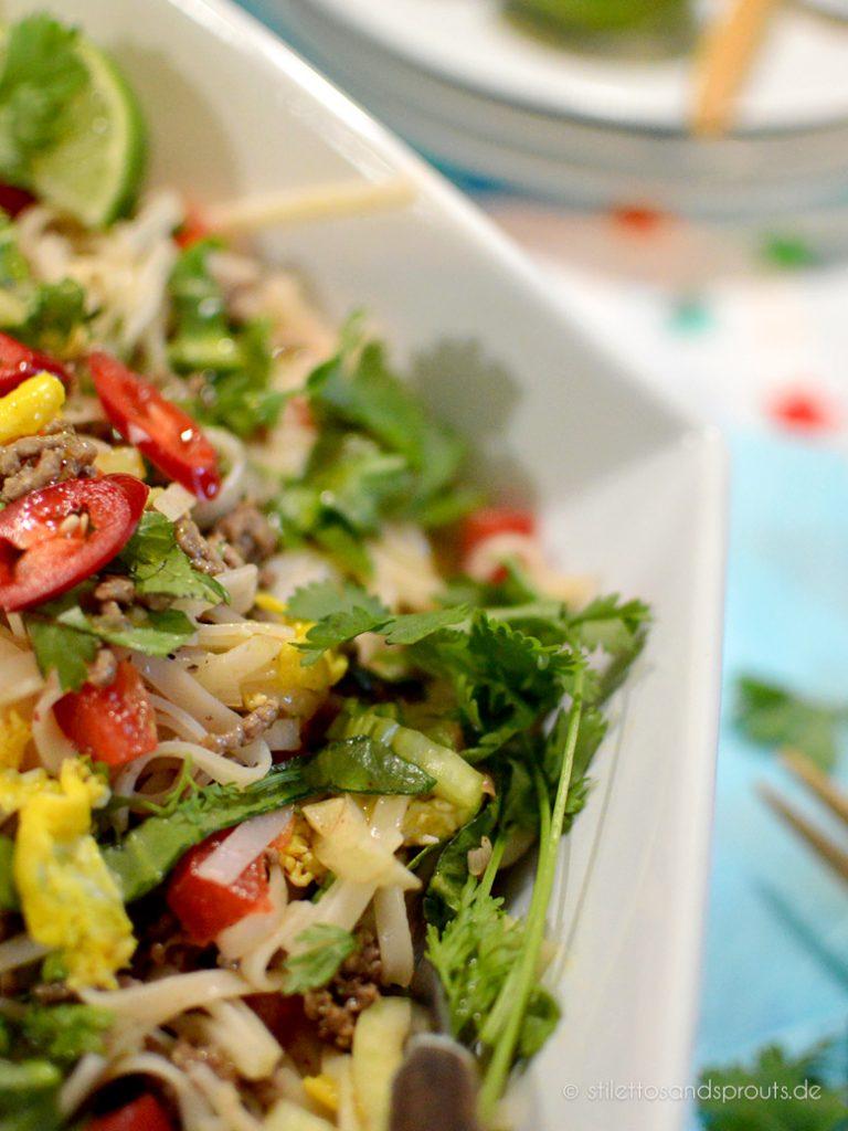 Hackfleisch und Gemüse sind die wichtigsten Zutaten von diesem leckeren asiatischen Salatmit Nudeln