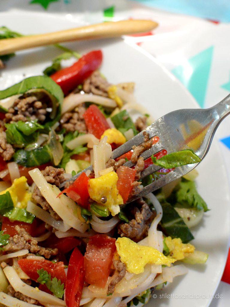 Exotisch und erfrischend und mit wenig Fett: Reisnudelsalat mit Hackfleisch