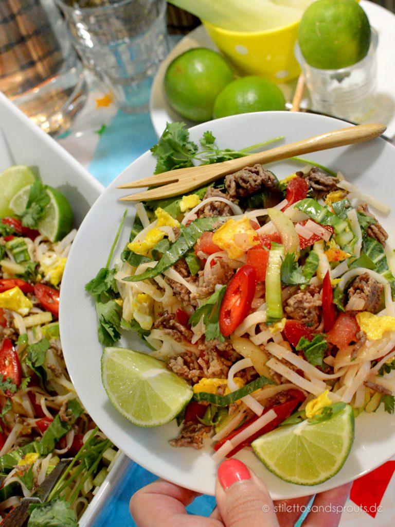 Eine Portion pures Glück mit vielen Vitaminen und guten Sachen: Reisnudelsalat mit Hackfleisch