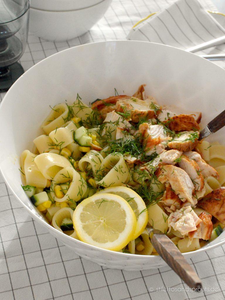 So schmeckt der Sommer: erfrischender Salat mit Pasta, Hühnchen und Zitrone