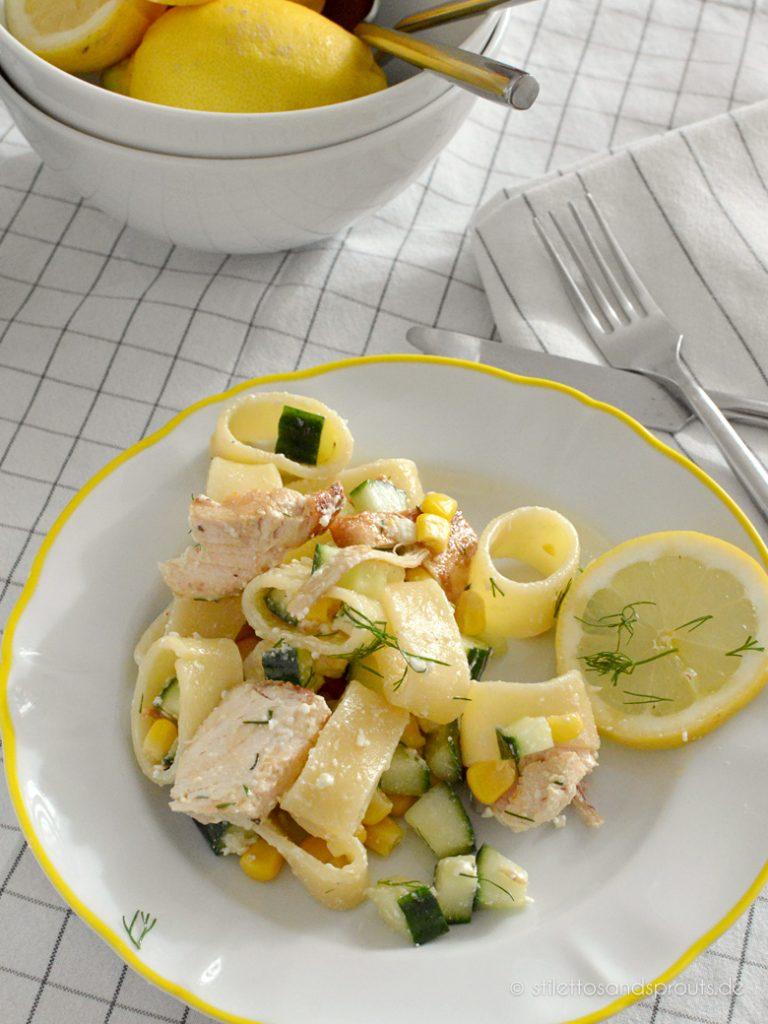 Ideal bei sommerlichen Temperaturen: dieser leichte Pasta-Salat mit Hühnchen und Gurke