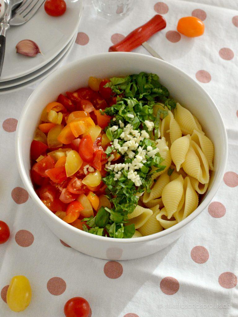 Der Salat besteht nur aus einer Handvoll Zutaten: Tomaten, Basilikum, Pasta und Knoblauch