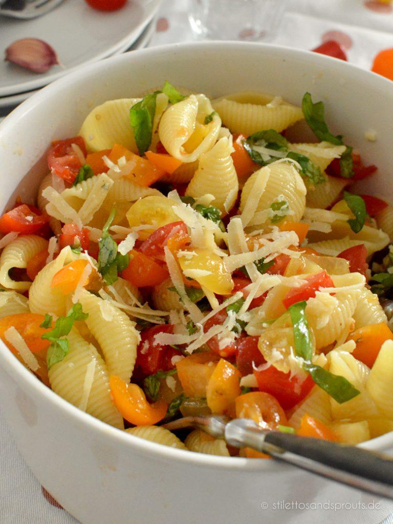 Dieser Tomaten Pasta Salat ist ein Geheimtipps, wenn es mal schnell gehen muss