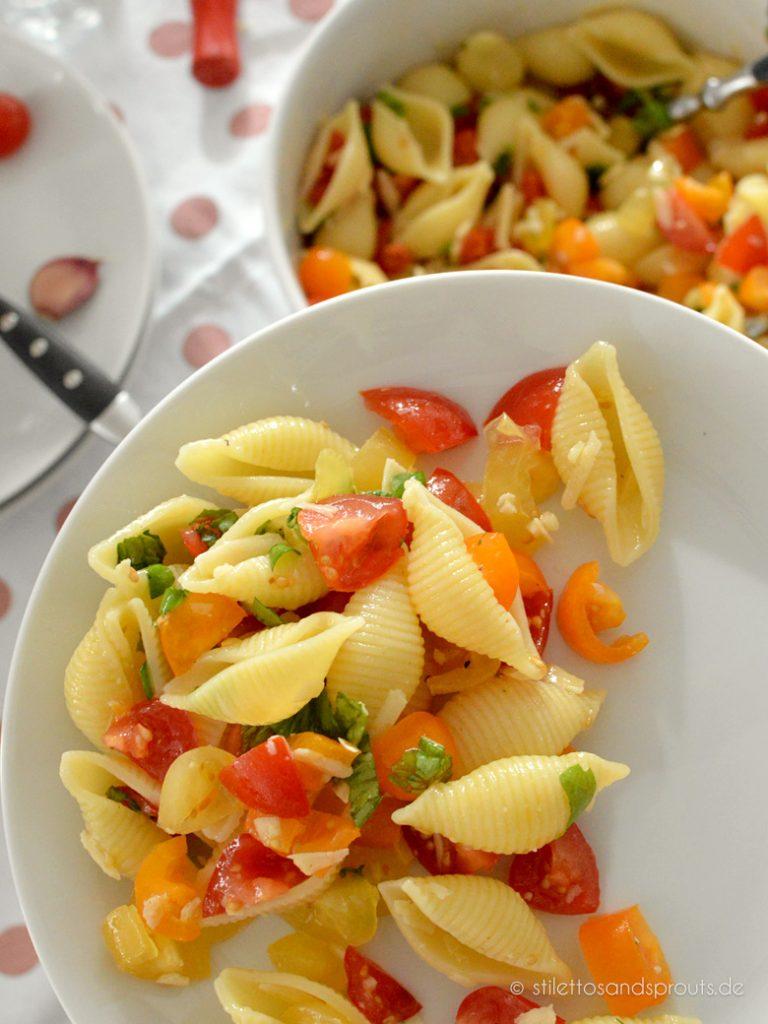 Tomaten Pasta Salat ist eine Empfehlung zum Grillen: weil er so einfach und schnell gemacht ist und allen schmeckt