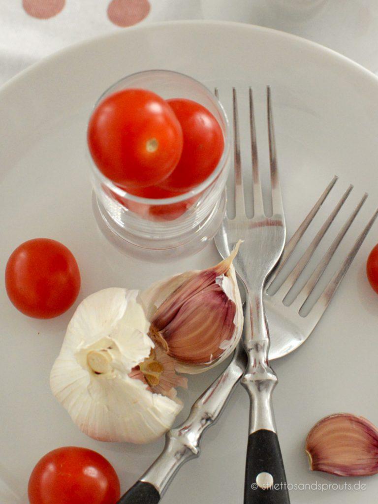 Tomaten und Knoblauch kommen rein.