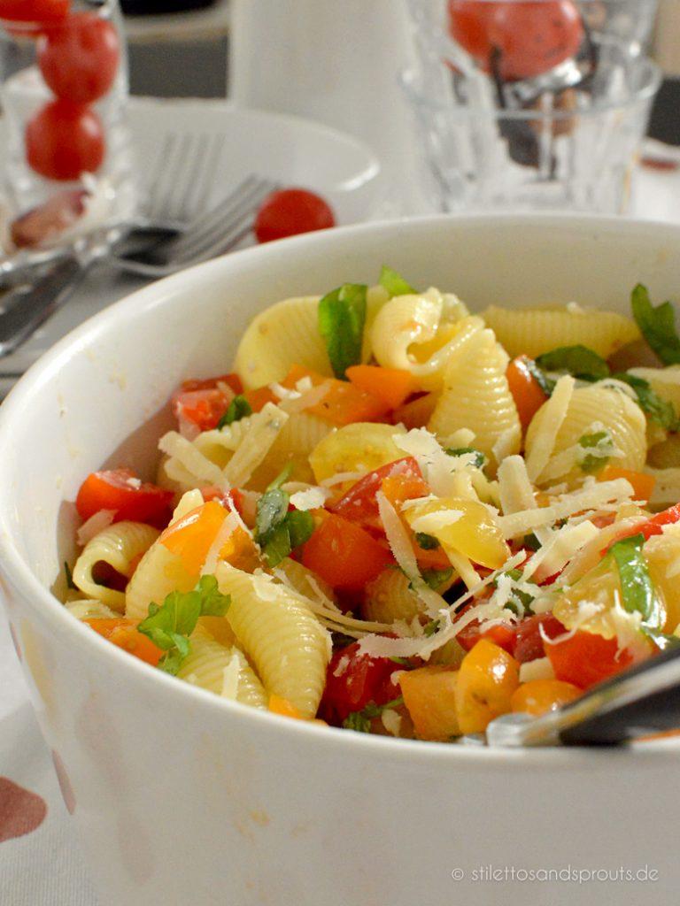 Tomaten, Basilikum, Parmesan und Pasta – viel mehr braucht es nicht für diesen Tomaten Pasta Salat