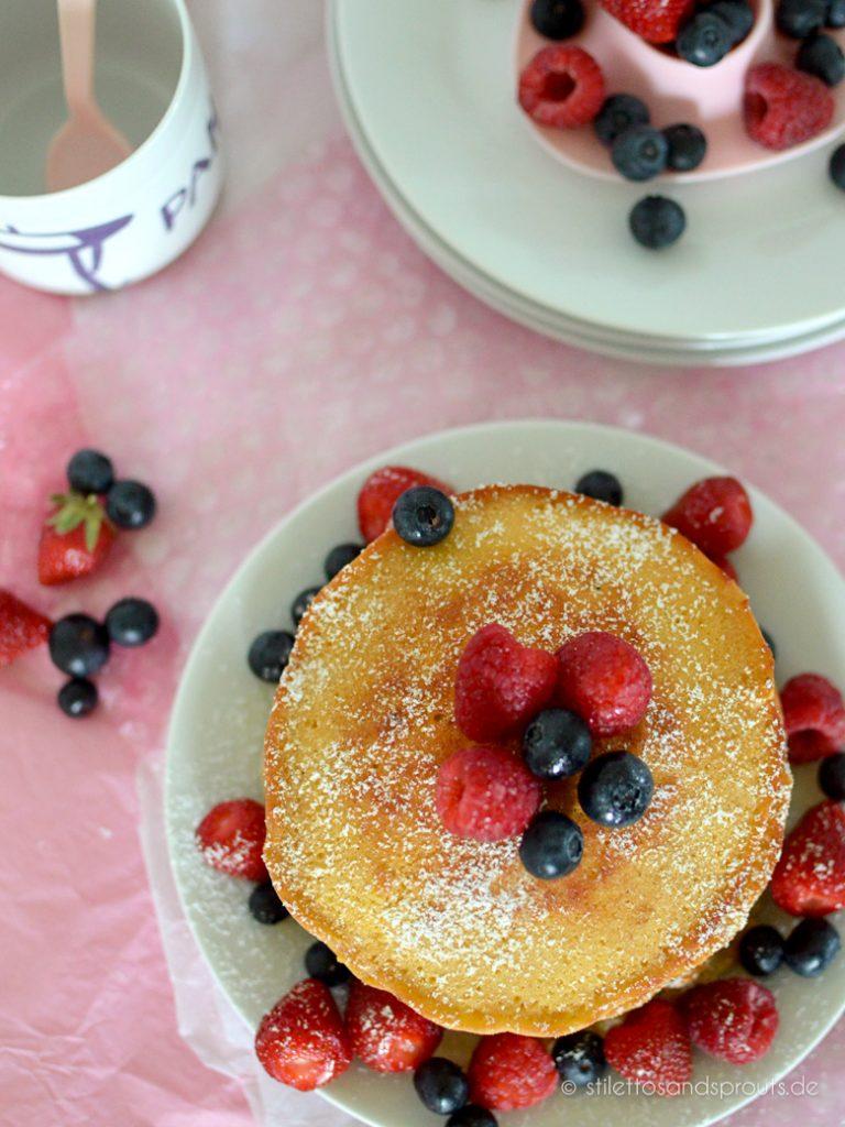 Beeren-Pancakes mit Himbeeren, Erdbeeren, Blaubeeren und Puderzucker