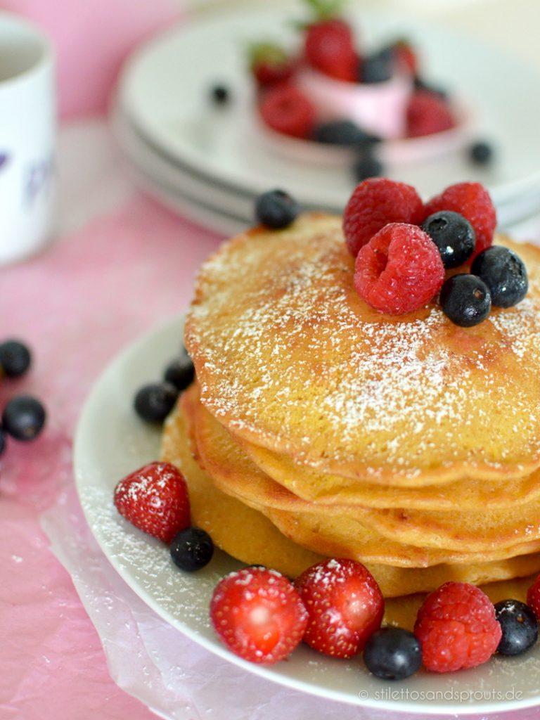 Tolles Sonntags-Frühstück im Sommer: Pancakes mit Früchten