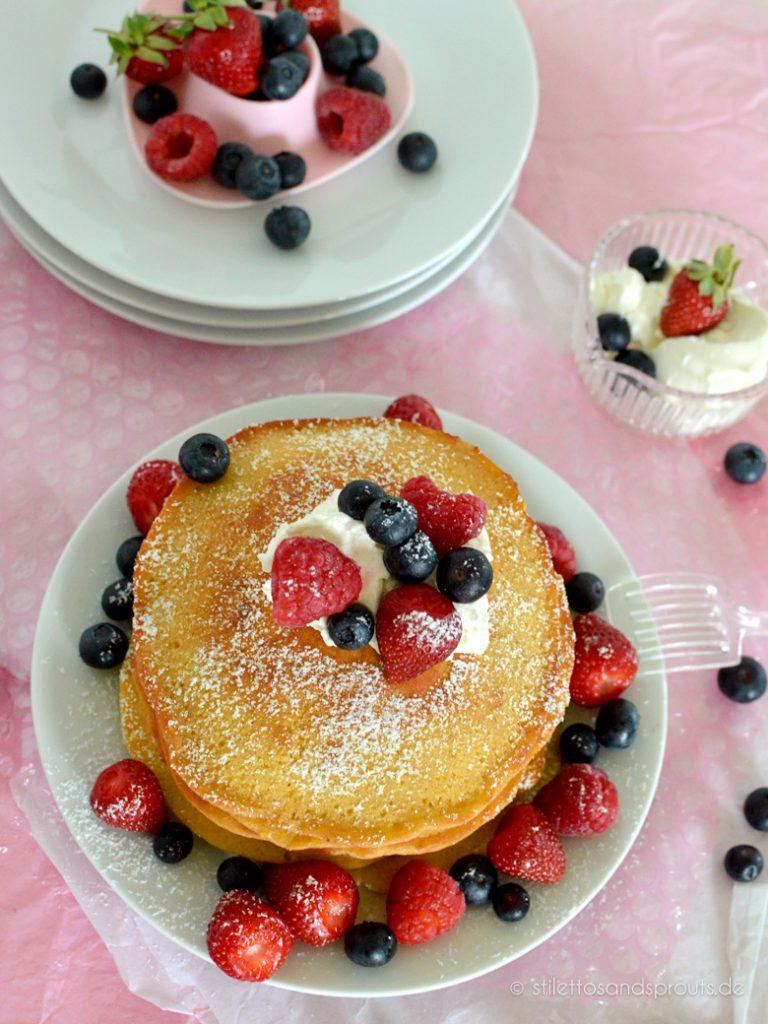Fluffige Beeren-Pancakes mit Früchten