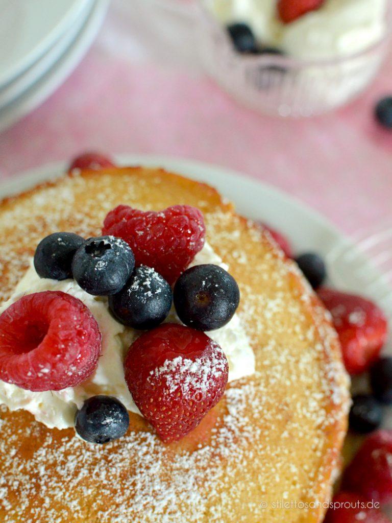 Frische Beeren passen super zu den Kokos-Pancakes