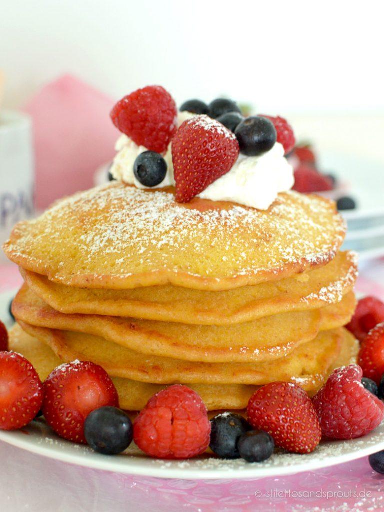 Beeren-Pancakes stapeln und mit Beeren und Frischkäse servieren
