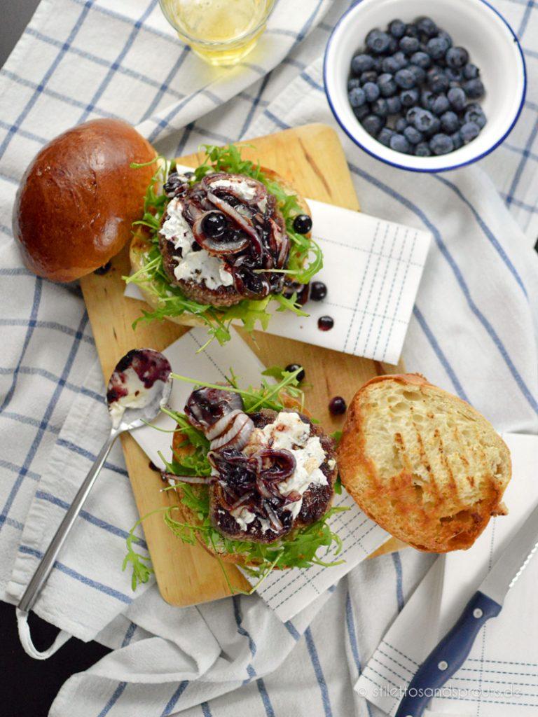 Blue Cheese Burger mit karamellisierten Blaubeer-Zwiebeln