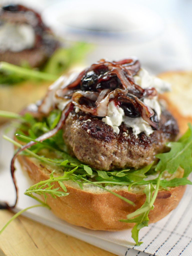 Blaubeeren und Zwiebeln, in Balsamico karamellisiert, kommen oben auf den Blue Cheese Burger