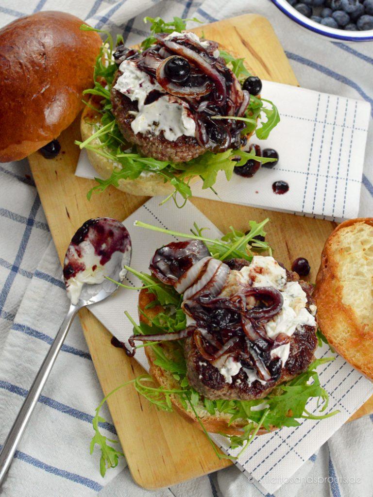 Zwiebeln, Blaubeeren und Käse machen den Burger schön aromatisch und cremig