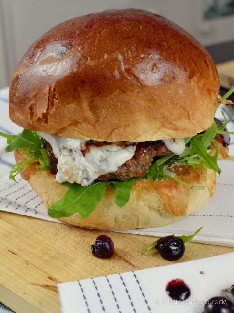 Blauschimmelkäse wird mit Frischkäse zu einer Creme verrührt für den Burger