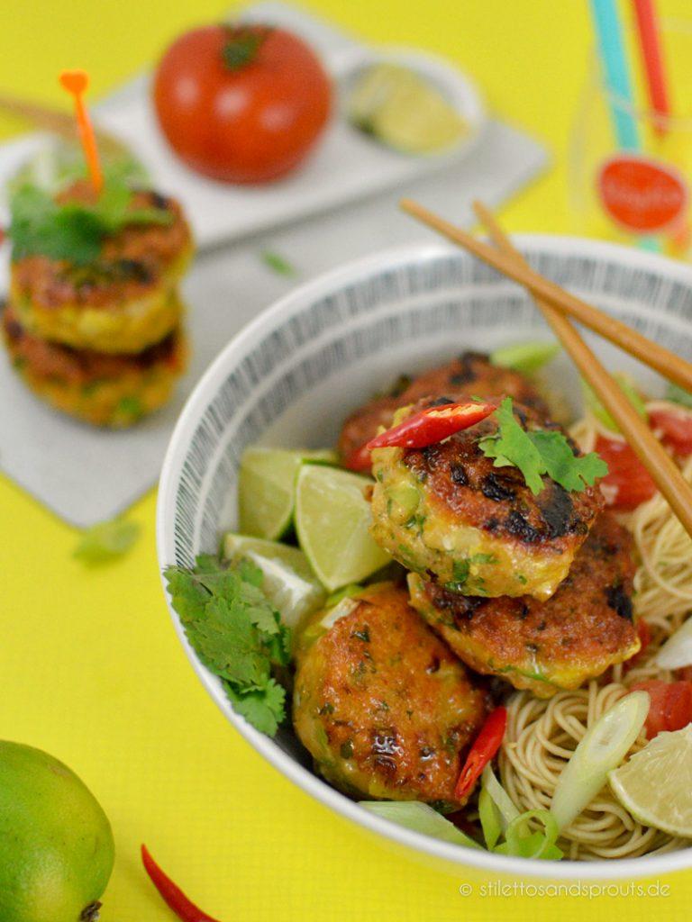 Thai Fischfrikadellen, serviert mit Nudeln, Tomaten und Limette