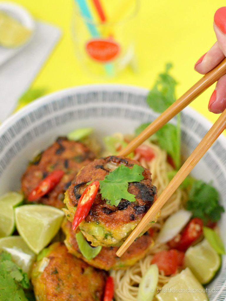 Stilecht mit Stäbchen kann man die Thai Fischfrikadellen essen