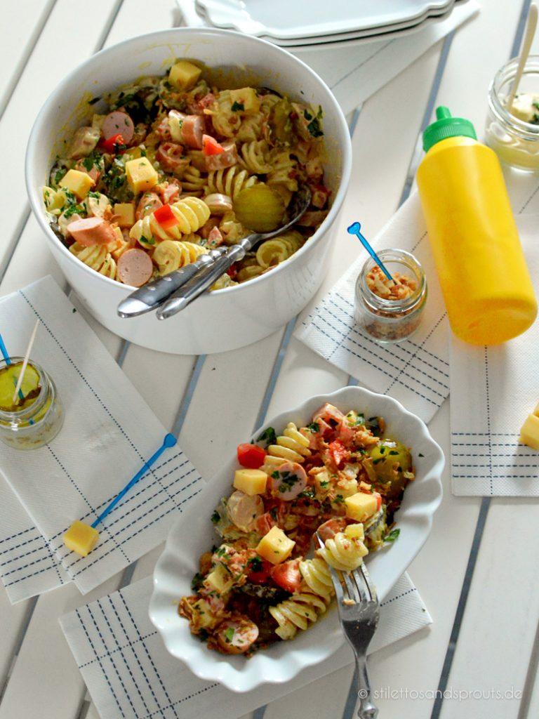Burgergurken, Nudeln, Würstchenscheiben und frische Paprika sind die Zutaten für diesen Salat