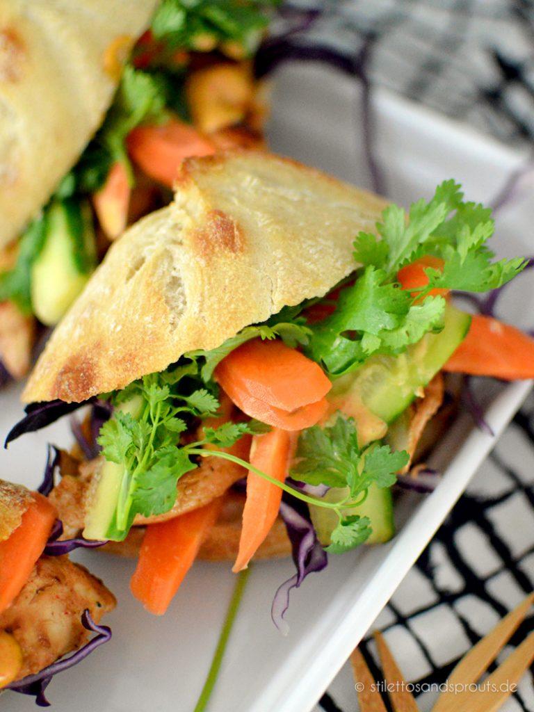 Gut belegt mit Gemüse, Hähnchen und Koriander – Banh Mi Sandwich