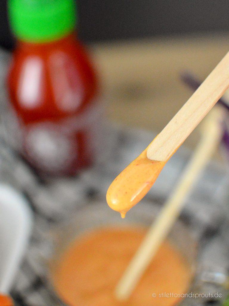 Die Sriracha-Mayo wird mit der berühmten Chilisauce gemacht