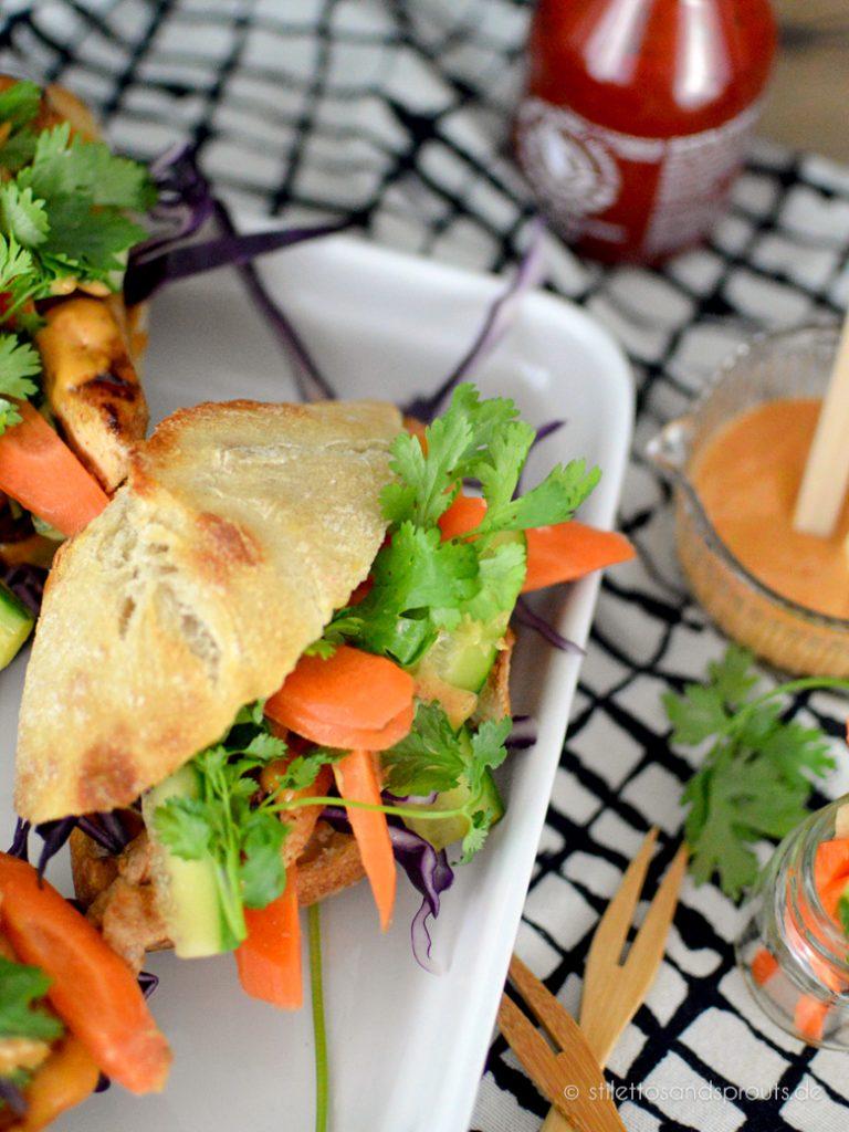 Viel Gemüse und Koriander gehören zu diesem asiatischen Baguette
