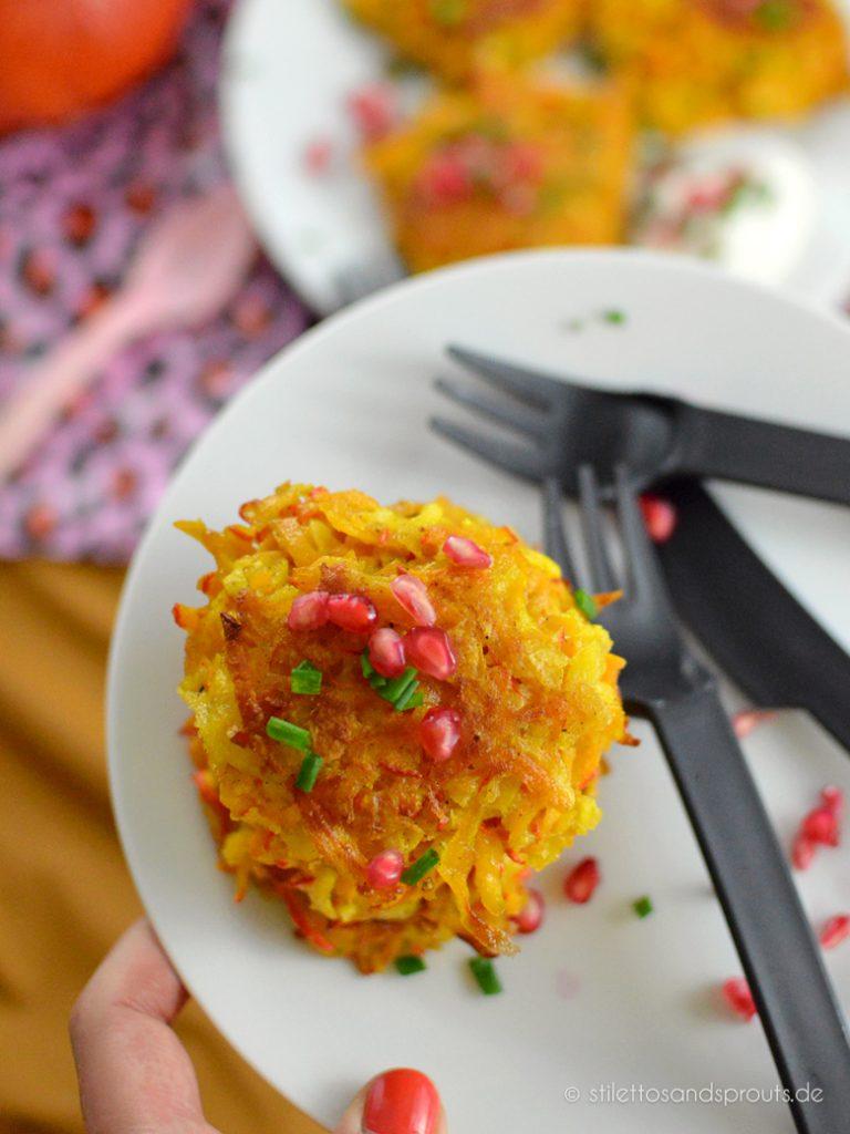 Granatapfelkerne und Schnittlauch sind das Topping für die orangen  Puffer mit Kürbis
