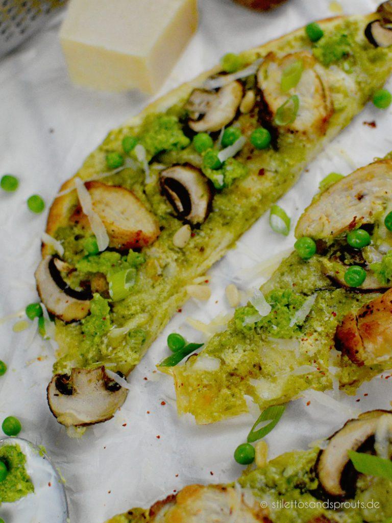 Pesto Pizza belegt mit braunen Champignons, Chicken und Mozzarella