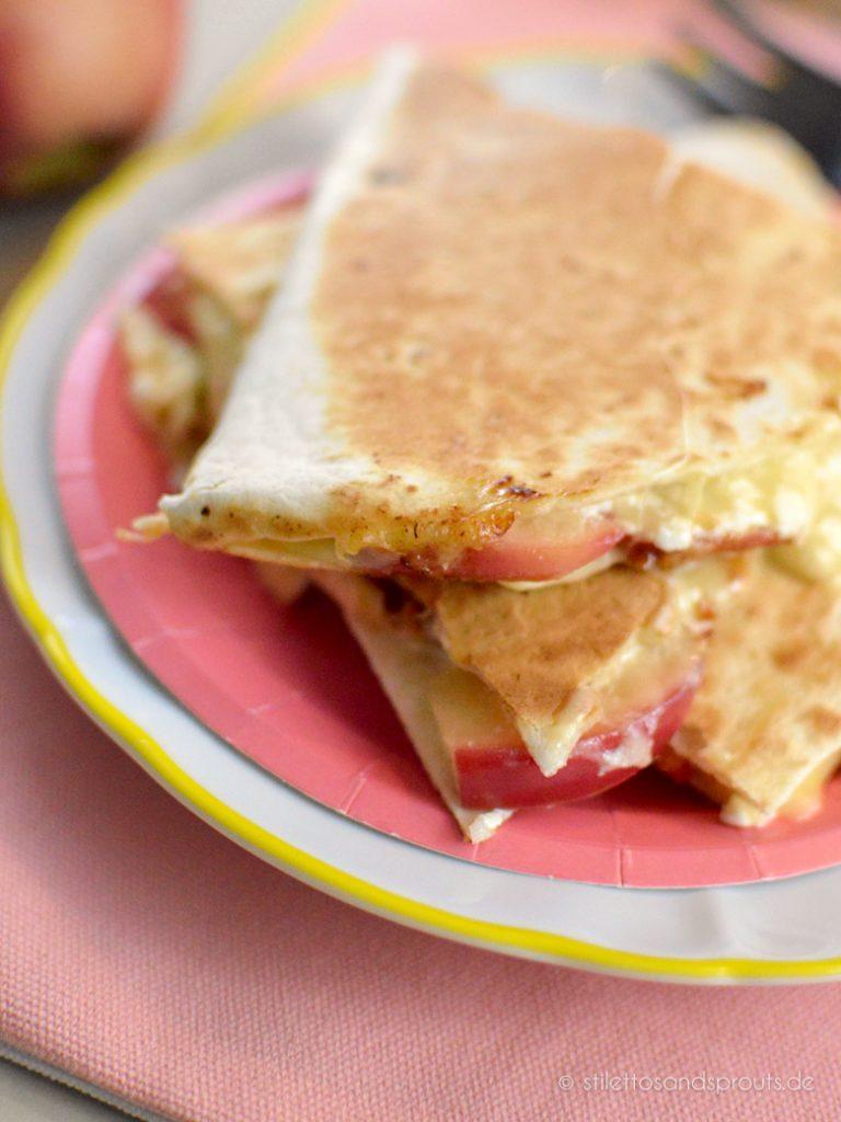 Quesadillas mit Käse, Schmand und Äpfeln